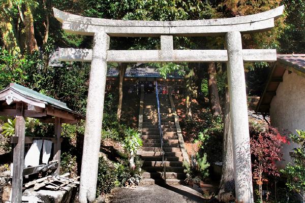 手水舎と石造りの明神鳥居、そして右手に社務所(吉川八幡神社)