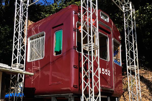 社務所の裏に置かれる能勢電鉄1500系のレプリカ(吉川八幡神社)