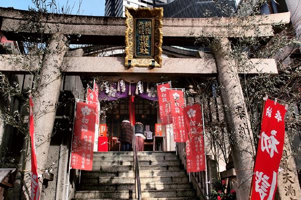 階段下は歩行者の通行が激しい歩道(歯神社)