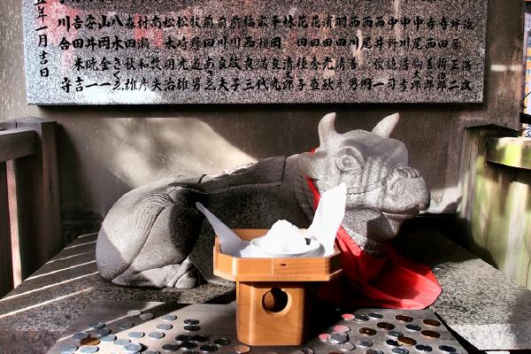 撫で牛の表情が大阪的(歯神社)