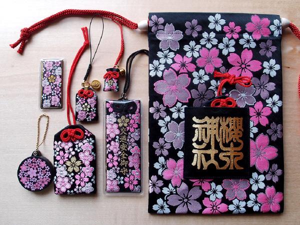 オリジナルパターンの「春爛漫」柄の御守り(櫻木神社)