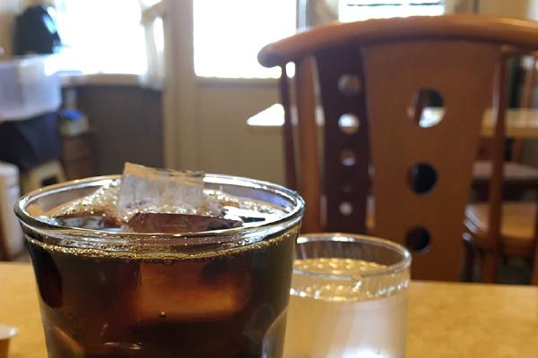 場末店でよく出される麦茶のようなアイスコーヒー。懐かしい味でした。(鷲神社)